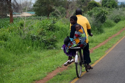 Family transport with bycicle in Malawi