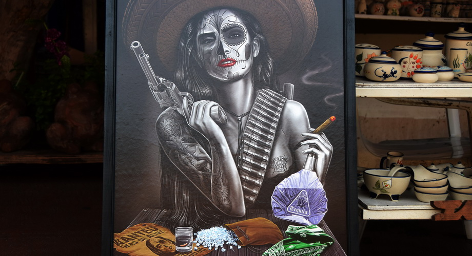 Mexiko: beautiful women, Sombrero, Tequila, firearms, diamonds...